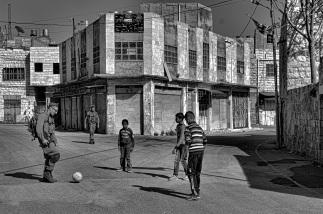 Enfants palestiniens jouant au football avec un soldat israélien; EAPPI, Mathieu, avril 2015
