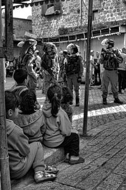 Enfants palestiniens observant la visite hebdomadaire des colons dans la vieille ville; EAPPI, Mathieu, avril 2015